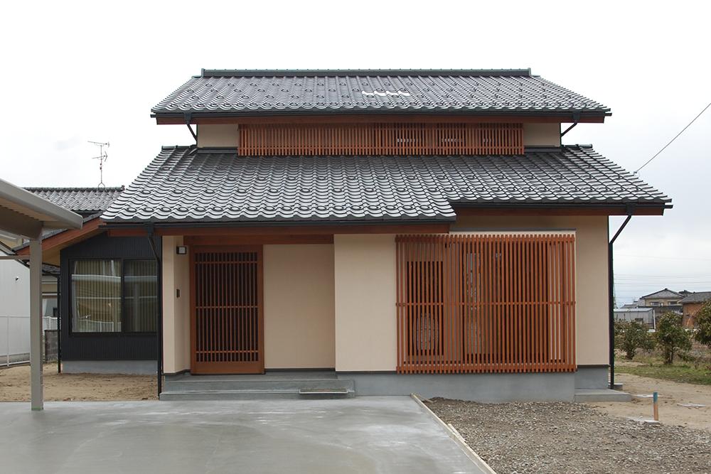 瓦の屋根と格子で和を愉しむ家